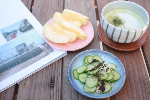 漬物サラダとりんご、抹茶ラテで朝ごはん