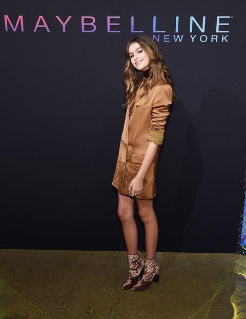 大人気のフィリップ・リムのベルベットブーツをポイントにしたシックなワントーンで、大人びた着こなしを見せつけた15歳の2世モデル、カイア。メンズテイストを女らしく昇華した光沢系ロングジャケットの袖まくりやタートルを重ねるテクがこなれ感たっぷり。