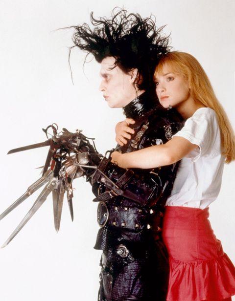 """<p>ティム・バートン&ジョニー・デップのコンビ作。両手がハサミの主人公エドワードと、ヒロインのキムの淡い恋物語は切なキュン。惹かれあっているのに、ハサミで傷つけてしまったらと心配すると彼女を抱きしめることもできない。その時のエドワードの悲しそうな顔と言ったら!</p>  <p><a href=""""https://www.youtube.com/watch?v=P-Z3ZyaY40w"""" target=""""_blank"""" data-tracking-id=""""recirc-text-link"""">予告編はこちらから</a></p>"""