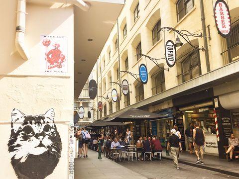 <p>パラソルが並ぶカフェ通りとして有名な「デグレーブス・ストリート」。人気店も多く、テラス席はいつ見ても大賑わい。メルボルンでは「Breakfast All Day」を掲げるお店も多いので、いつでも小腹を満たすことができる。</p>