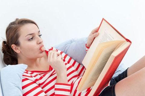 <p>レース前夜の食事は、焦らずにとにかく楽しむのがポイント。前日にしっかりと睡眠を取りたければ、夕食は早めが鉄則。「ディナーは焦らずにゆっくりと味わって。食べ物をしっかり消化して、リラックスする時間を作れば、レース前に良質な睡眠が取れるはず」とアドバイスするのは、「ルコゼード・スポーツ(英国スポーツ飲料会社)」のシニアスポーツ科学者、エイドリアン・ホジスン博士だ。</p>