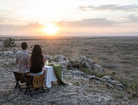 <p>アフリカでのサファリがハネムーンの聖地と言われる由縁。それは大自然を誰にも邪魔されることなく、思う存分2人で楽しめるから。夕日と自然を眺めながら、ケニアとタンザニアを回る旅の始まりに乾杯!</p>