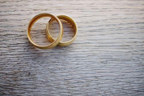 ゴールドの美しい婚約指輪
