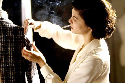 """<p>ココ・シャネルの半生を描いた伝記映画で、主演はオドレイ・トトゥ。帽子のデザインからスタートし、1920年代では珍しかった""""黒い服""""、""""スーツ""""や""""ツイード素材""""を提案するなど、「シャネル」というブランドを通して時代背景も知ることができる。</p>  <p>さらにカッコイイのはファッションだけじゃなく、愛煙家で生涯独身を貫くなど、女性としての生き方も最先端だったところ。</p>  <p>シャネルは「流行は色あせるけど、スタイルだけは不変」や「シンプルさはすべてのエレガンスの鍵」という<a href=""""https://www.goodreads.com/author/quotes/3004479.Coco_Chanel"""" target=""""_blank"""" data-tracking-id=""""recirc-text-link"""">名言</a>を残している。</p>"""