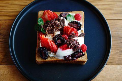 <p><span>南カリフォルニアのアクティブで健康的なライフスタイルをイメージした72Dgreesオリジナルオープンサンド「faceUp」。クリームチーズのコクと4種類のフレッシュベリーの酸味、ふわっとした食感のマシュマロをハニーとミントの香りで包み込んだ贅沢なフレーバーのハーモニー。</span></p>      <p>「faceUp sweets-Berry Special」1,900円</p>