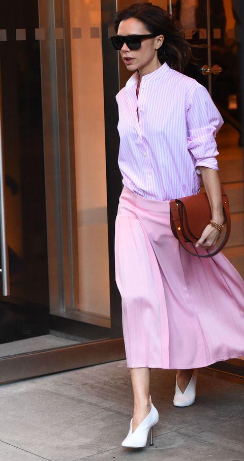 <p>          普段からシャツ率が高いヴィクトリア・ベッカムは、ノーカラーにストライプとトレンドを徹底的にマーク。同色のプリーツスカートを合わせ、ピンクがコンサバにならないように、モードな足元&サングラスでクールにハズしている。  </p>
