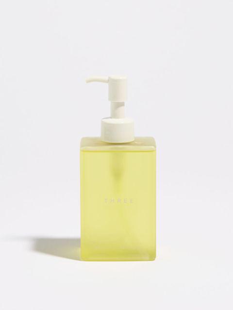 """<p>優れた洗浄力と美肌ケアを両立。ウォータープルーフのメイクもスピーディーに浮かび上がらせ、毛穴の奥まで清潔に。すべらかに洗い上げて皮脂くすみやザラつきのない、クリアな肌へと導く。</p><p>「すでに30本以上をリピートしています。メイクや汚れはしっかり落ちるのに、洗いあがりはしっとりスキンケアの効果を実感。そしてストレスさえも落としてくれそうな心地よい香りもGOOD。ストックがなくなったら不安になってしまうくらい、手放せない逸品です。」(THREE PR 齋藤 未奈さん)</p><p>「バランシング クレンング オイル 」</p><p>200mL4000円(税抜)</p><p>問い合わせ先:<a href=""""http://www.threecosmetics.com"""" target=""""_blank"""" data-tracking-id=""""recirc-text-link"""">THREE</a></p><p>Tel.0120-898-003</p>"""