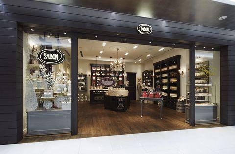 <p>SABONの記念すべき40店舗目となる「SABON GINZA SIX店」。銀座というロケーションに合わせた店内は、シック&大人ムード漂う雰囲気。壁一面には「SABON」のカラフルなアイテムがずらりと並び、豊かな香りが店内に広がります。五感で楽しむバリエ豊富なアイテムで、キレイを磨き上げて。</p><p>「感度の高い方向けのボディケアラインやホームフレグランスが充実! 思い立ったらこれ1つで飛び立てるトラベルキットやお部屋をラグジュアリーに彩るキャンドルなど、GINZASIX店でしか出会えないアイテムもご用意しています!」(SABON Japan PR 半田景子さん)</p>