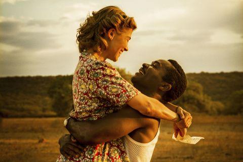 """<p>1940年代のロンドン。ごく普通の銀行員ルースは、姉に誘われて行った宣教師のパーティーで法律を学ぶ黒人学生と知り合い意気投合。まだ黒人への差別が厳しい時代、彼と内緒で交際を始めるルースだが、ある日彼からプロポーズされる。彼に夢中のルースは求婚を受け入れるが、その婚約は英帝国を揺るがす大事件になってしまう。</p><p>実はその黒人学生セレツェはイギリスが植民地支配するアフリカの国家ベチュアナランド最大の民族ングワト族の王位継承者だった…ボツワナ建国の父セレツェ・カーマ初代大統領とそのイギリス人の妻ルース・ウィリアムスの出会いと結婚を描いた実話を基にした映画。<span class=""""redactor-invisible-space"""" data-verified=""""redactor"""" data-redactor-tag=""""span"""" data-redactor-class=""""redactor-invisible-space""""></span></p>"""