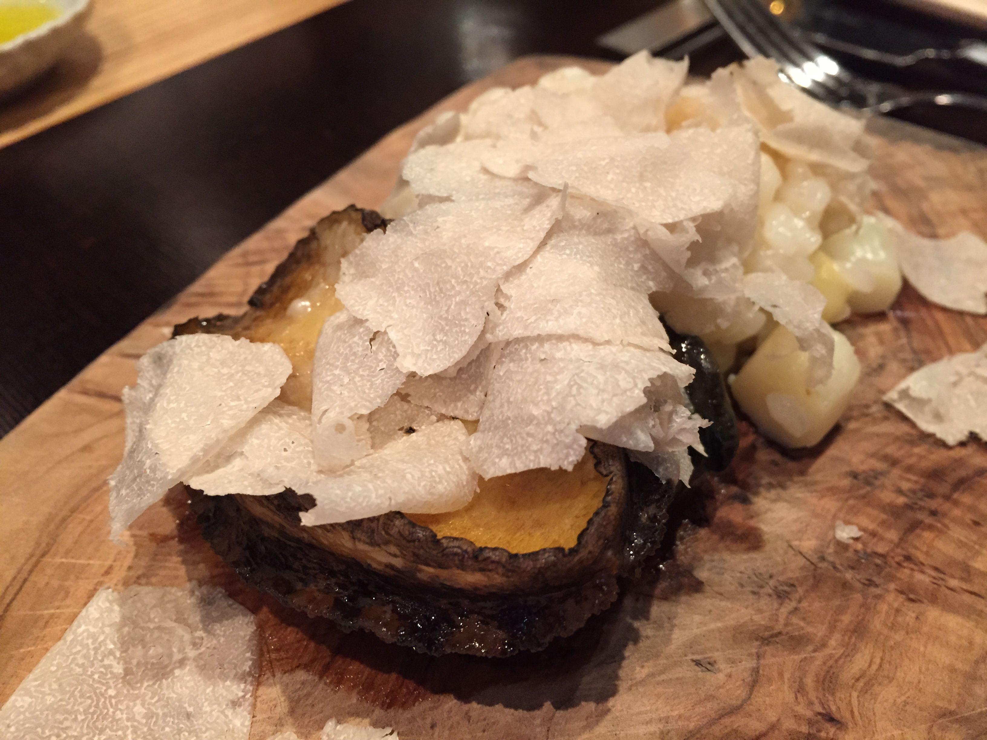 """<p>「京都でナンバーワンと称されるイタリアンレストラン『やまぐち』。カウンター6席と個室のみの店内は、京の風情を感じさせる和な造りなっています。イタリアンという枠に留まらないお料理にも、和の食材や表現が随所に散りばめられており、その絶妙な融合に舌鼓を打ちます。サマートリュフを惜しげもなくのせたり、アワビをひとりひとつずつ調理してくれたりと、高級食材をふんだんに使うところも特徴です」</p><p><span class=""""redactor-invisible-space"""" data-verified=""""redactor"""" data-redactor-tag=""""span"""" data-redactor-class=""""redactor-invisible-space""""></span></p>"""