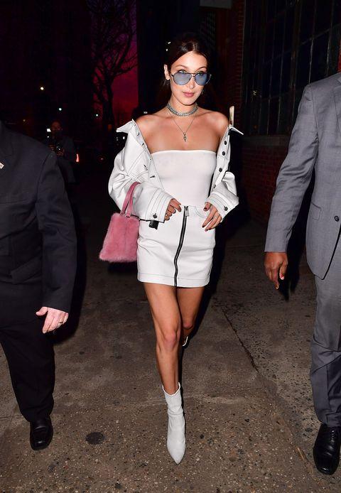 <p>デコルテがっつり見せで着こなしたストリートmeetsモードなジャケット&スカートは、アートをファッションに昇華する注目ブランド、アリクス。スチュアート・ワイツマンの白ブーツとキュートなピンクバッグで女子力アップ。</p>