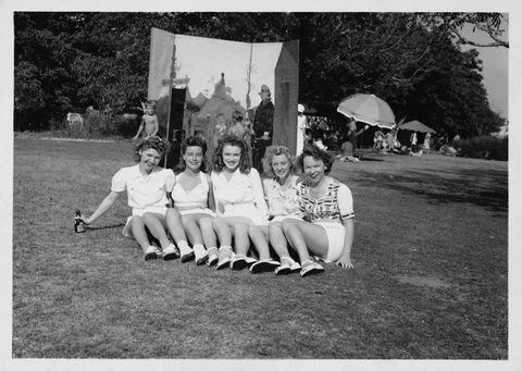 1941年 友人たちに囲まれたマリリン(中央)15歳にして、このフェロモン!