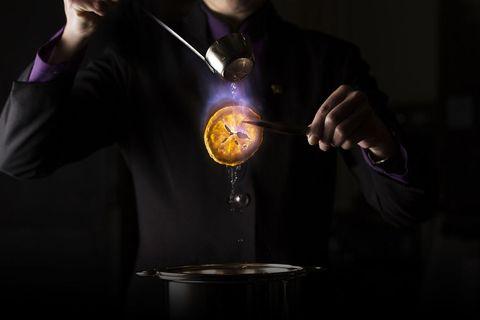 """<p><strong data-redactor-tag=""""strong"""" data-verified=""""redactor"""">まるで魔術師! ミクソロジーの未知なる味わい</strong></p><p>「ミクソロジー」をご存知ですか?  お酒を使って果物をフランベし、果実の香りを加えたり、野菜などカクテルとは馴染みの薄い食材を用いて作られる、独創的なカクテルのこと。</p><p>マンダリン オリエンタル 東京の「タパス モラキュラーバー」に、ミクソロジーのトップランナーであるエリック アルベリン氏が登場。同氏が考案したユニークなカクテルメニューが9月までの期間限定で味わうことができるんです。これまでに体験したことのない、全く新しいカクテルとの出会いを堪能して。</p><p><a href=""""http://www.mandarinoriental.co.jp/tokyo/fine-dining/tapas-molecular-bar/""""><em data-redactor-tag=""""em"""" data-verified=""""redactor"""">タパス モラキュラーバー</em></a></p>"""
