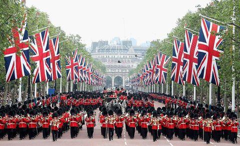 <p><span>1748年、ジョージ2世の時代に英国君主の公式誕生日と軍旗分列行進式をひとつにまとめ、6月に開催したのが起源だと言われている。でもジョージ2世、実は11月生まれ。冬だと寒い!という理由で、晴天の続く6月を選んだという説も。</span></p>    <p>トゥルーピング・ザ・カラーという言葉も1700年代に誕生。軍旗の色を意味する「カラー」を見せながら行進することから、そう名付けられたのだそう。</p>