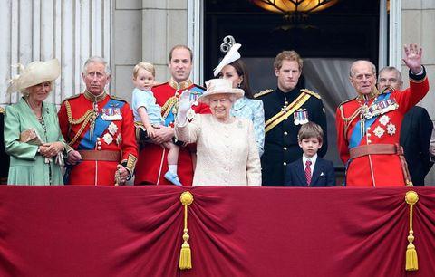 """<p>公式誕生日の祝賀行事では、バッキンガム宮殿のバルコニーに並ぶ、女王や王室メンバーたちの姿も大きな目玉となっている。女王含め、ウィリアム王子&キャサリン妃、ハリー王子など、総勢30名以上の王室メンバーが勢揃いするのは、1年間でこの日だけ。90歳の誕生日を迎えた昨年の公式誕生日では過去最高となる40名のメンバーがバルコニーに集まったのだそう!<span class=""""redactor-invisible-space""""></span></p>"""