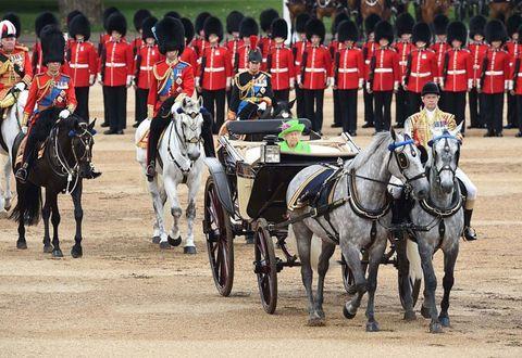 <p><span>かつては女王も馬に乗り、近衛騎兵隊馬を率いていたけれど、1987年以降は王室メンバーとともに馬車に乗るように。イギリスの『テレグラフ』紙によると、パレードには1,400名の近衛兵、200頭近くの馬、400名の音楽隊が参加するという。</span></p>