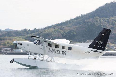 """<p><strong data-redactor-tag=""""strong"""" data-verified=""""redactor"""">1.水陸両用機「せとうちシープレーンズ」に乗る</strong></p><p>昨年夏に水陸両用機の運航を開始した「せとうちシープレーンズ」では、尾道の東端、浦崎町にあるオノミチフローティングポートを出発して、和田竜の小説「村上海賊の娘」でも知られる村上海賊ゆかりの島々の上空を約50分間かけて巡ることができます。飛行する地上700メートル前後は、島々の暮らしの息づかいを感じられるほどの距離なのだそう。</p><p>夏の日差しを浴びてキラキラと輝く真っ青な瀬戸内海の美しさは格別。水上から飛び立つ新感覚の乗り心地を、一度は体験してみたい!</p><p><em data-redactor-tag=""""em"""" data-verified=""""redactor"""">大人1名 平日32,000円、土・日・祝 37,000円、特日42,000円</em><em data-redactor-tag=""""em"""" data-verified=""""redactor"""">(GW、年末年始、お盆、三連休など。詳しくはお問い合わせください) </em></p><p><a href=""""https://setouchi-seaplanes.com/"""" target=""""_blank"""" rel=""""noopener noreferrer"""" data-tracking-id=""""recirc-text-link""""><em data-redactor-tag=""""em"""" data-verified=""""redactor"""">せとうちシープレーンズ</em></a></p>"""