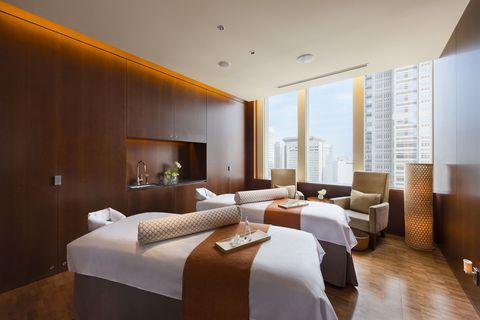 <p>ホテル内で最高のロケーションを誇る場所で癒しとエナジーをチャージできる、とっておきのスパ。宿泊者じゃなくても利用でき、豊富なメニューが揃っているのも魅力的。トリートメントを受ける人は、天井がガラス張りのプールや充実したジムも利用できるので、ウェルネスTIMEを心ゆくまで満喫できる。</p>
