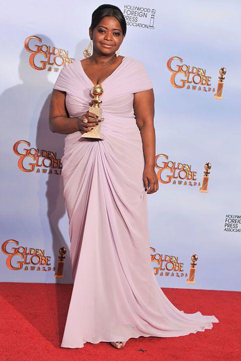 <p>アカデミー賞女優のオクタヴィア・スペンサーは、2012年のゴールデングローブ賞で助演女優賞を受賞したにも関わらず、レッドカーペットドレスを貸してくれるデザイナーを見つけるのに苦労したと話している。</p><p>『ピープル』誌によれば、パームスプリングス国際映画祭に出席したオクタヴィアは「私は背が低しぽっちゃりしているから、華やかな場に着ていくドレスを探すのにいつも一苦労。どのデザイナーからも声がかからない」と記者に打ち明けた。</p><p>最終的に2012年のゴールデングローブ賞で彼女が着用したのは、タダシ ショージのこのドレス。「もう少し早めビーナッツバターを断ち、ダイエットしておけばよかったわね」</p>