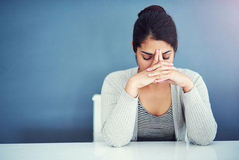 研究で判明した集中力アップに効果的な「10分間の瞑想」/テーブルで瞑想中の女性
