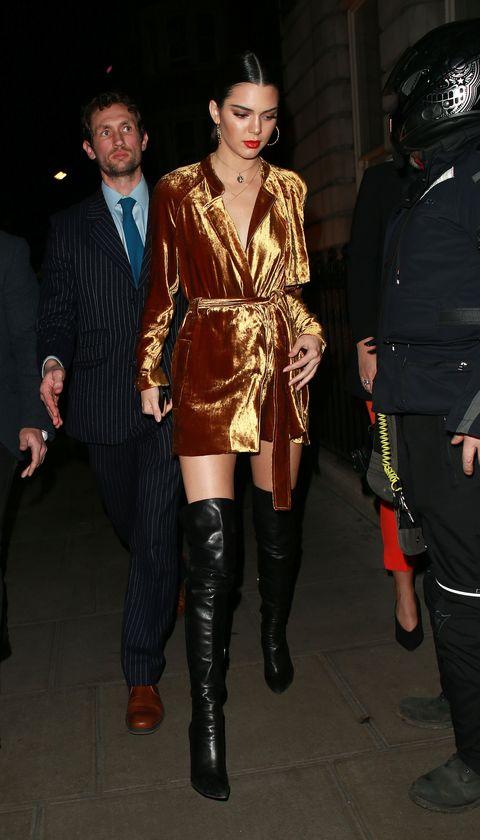 <p>ロンドンでおこなわれた『LOVE』マガジンのイベントに、A.L.C.のつややかなゴールドベロアのコートで登場。ベルトをしてドレスライクに着こなしたケンダルは、素肌の上に着ているような胸元の開きが色っぽさ満点。パンチのあるレザーサイハイブーツで絶対領域アピールも忘れずに。</p>