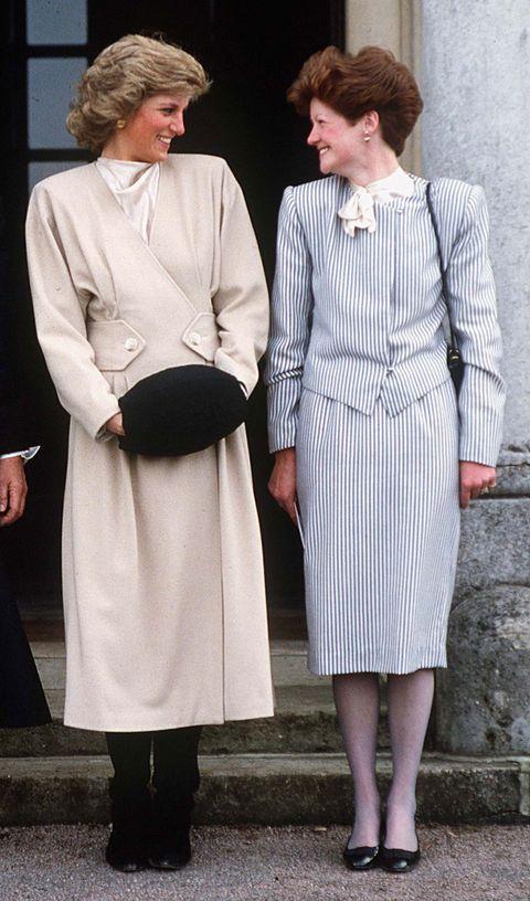 <p>レディ・セーラはイギリスの名門貴族スペンサー伯爵家の長女として誕生。4人姉弟の中で最も賢い子どもだったと言われていて、サラ・ブラッドフォード著のダイアナ元妃の伝記『Diana』の中では、幼い頃のダイアナ元妃がセーラのことを「英雄視していた」ことが綴られている。ダイアナ元妃にとってセーラは親友であり、何よりもチャールズ皇太子を紹介してくれた存在だった。</p><p><br></p>