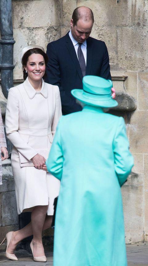 "<p>王室儀礼に従い、女王への挨拶は、男性は首を曲げるように、女性は膝を曲げて跪礼(きれい)をして敬意を表す。<span class=""redactor-invisible-space""></span></p>"