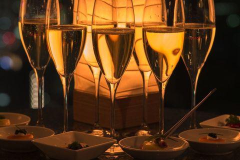 """<p>ちょっと敷居が高そう……という方にぜひオススメしたいのが、なんとワイン、ビール、カクテルなどを特製カナッペとともにフリーフローで楽しめる「トワイライトタイム」。9月30日(土)までは、「サマー トワイライトタイム」としてロゼワインや地中海風カナッペも味わえる。</p><p>こんな素敵な空間でお財布を気にせずお酒が楽しめるなんて、毎日でも通いたくなってしまいそう♡</p><p><em data-redactor-tag=""""em"""" data-verified=""""redactor""""><strong data-redactor-tag=""""strong"""" data-verified=""""redactor"""">「トワイライトタイム」</strong><br></em></p><p><em data-redactor-tag=""""em"""" data-verified=""""redactor"""">料金:一人 4,000円(サービス料・税別)<span class=""""redactor-invisible-space"""" data-verified=""""redactor"""" data-redactor-tag=""""span"""" data-redactor-class=""""redactor-invisible-space""""></span></em></p><p><em data-redactor-tag=""""em"""" data-verified=""""redactor""""><span class=""""redactor-invisible-space"""" data-verified=""""redactor"""" data-redactor-tag=""""span"""" data-redactor-class=""""redactor-invisible-space""""></span>時間:17:00〜20:00(L.O. 20:00)</em></p><p><em data-redactor-tag=""""em"""" data-verified=""""redactor"""">※水曜〜土曜の18:00〜22:00はDJによる演奏も。<br></em></p><p><a href=""""http://restaurants.tokyo.park.hyatt.co.jp/pbr.html"""" target=""""_blank"""" data-tracking-id=""""recirc-text-link""""><em data-redactor-tag=""""em"""" data-verified=""""redactor"""">「ピーク バー」</em></a></p>"""
