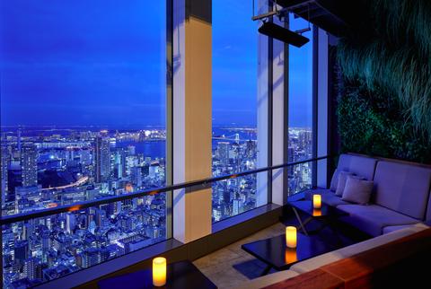 <p>開放的なセミオープンの空間には、時折秋の心地よい風が吹き抜ける。52階の高層階から一望するのは、東京湾、お台場からスカイツリーまでを見渡す大パノラマ。席によっては、目の前で煌々と輝く東京タワーも眺めることができる。</p>