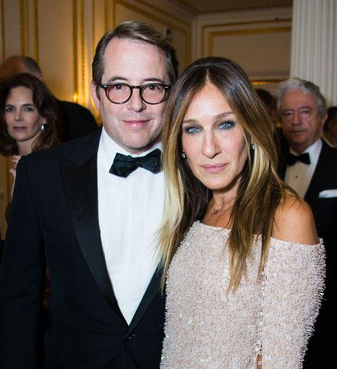 """<p>妻があまりにもダイナミックなキャリアを持っている上、お世辞にも「落ち着いた2人」とは言えないこの夫婦。20年間連れ添っている理由は至ってシンプルで、「お互いに惚れている」から。サラは<a href=""""http://www.usmagazine.com/celebrity-news/news/sarah-jessica-parker-on-matthew-broderick-marriage-call-me-crazy-but-i-love-him-201368"""" target=""""_blank"""" data-tracking-id=""""recirc-text-link"""">2013年のインタビュー</a>で夫婦関係についてこうコメント。</p><p>「私はマシュー・ブロデリックに夢中なの。クレイジーだって思うかもしれないけど…私たちの結婚は私たちでなかったらありえなかったわ。私たちにとって、家族と家族生活は全てなのよ。私は自分の人生を愛してるの。彼が私の子供たちの父親だって事実を愛してるし、彼がいるから私はこの世界を愛することができるのよ」</p>"""