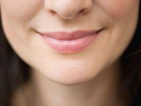 """<p>「ココナッツオイルは優秀なリップバーム」と語るのは、ニューヨーク在住の皮膚科医ホイットニー・ボウ氏。指先に少量をとり、唇になじませるだけでOK。冬になればオイルも自然と固まるので、手を汚さずに済むという。また「加齢とともに口まわりにシワや線ができやすい」ので、唇の輪郭をはみ出して塗るくらいがちょうどいいのだそう。そうすることで「肌にハリと弾力を与え、シワができにくくなる」とか。<span class=""""redactor-invisible-space"""" data-verified=""""redactor"""" data-redactor-tag=""""span"""" data-redactor-class=""""redactor-invisible-space""""></span></p>"""