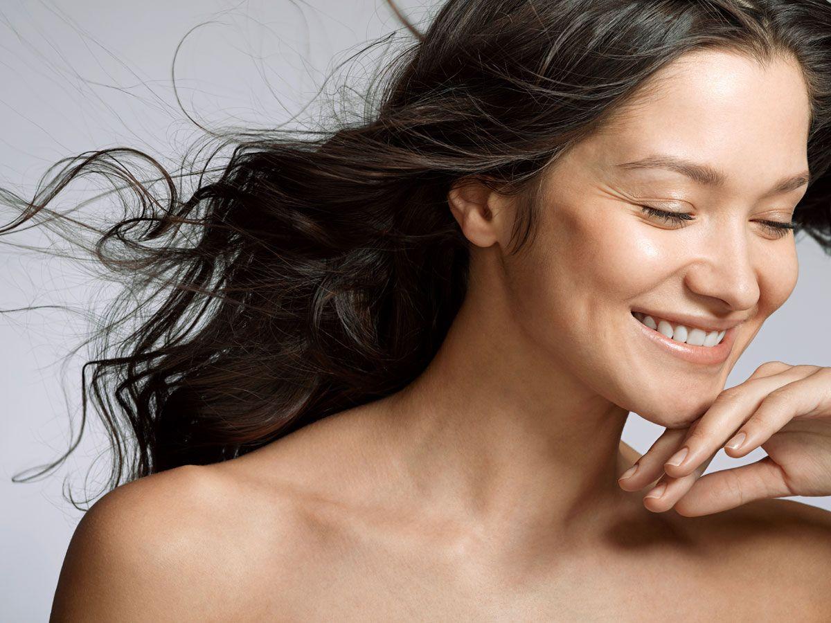 """<p>湿度、カラーリング、あるいは親からの遺伝による縮れ毛やくせ毛。ココナッツオイルやココアバターに含まれる成分は、そうした髪質のキューティクルを労わり、指通りのなめらかな髪に仕上げてくれるという。ロレアルが展開するブランド、ガルニエの洗い流さないトリートメント「Smoothing Leave-in Conditioner with Coconut Oil &amp&#x3B; Cocoa Butter Extracts」は、乾燥したドライヘアに潤いを与え、まとまりのあるツヤ髪を叶えてくれるそう。ココナッツの香りにうっとりすること間違いなし。<span class=""""redactor-invisible-space"""" data-verified=""""redactor"""" data-redactor-tag=""""span"""" data-redactor-class=""""redactor-invisible-space""""></span></p>"""