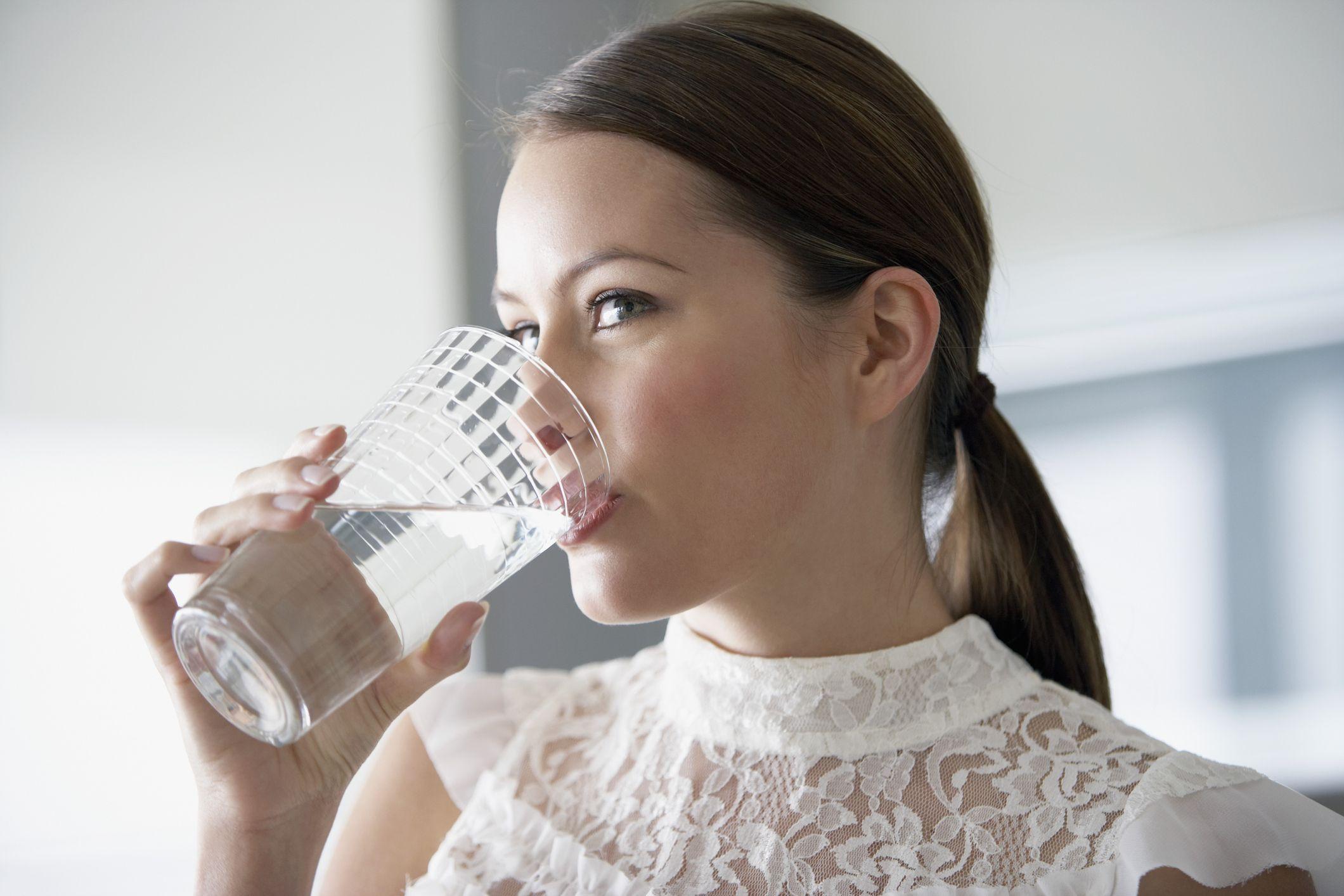 医師に聞く「水を飲むと美肌になる」説の真実