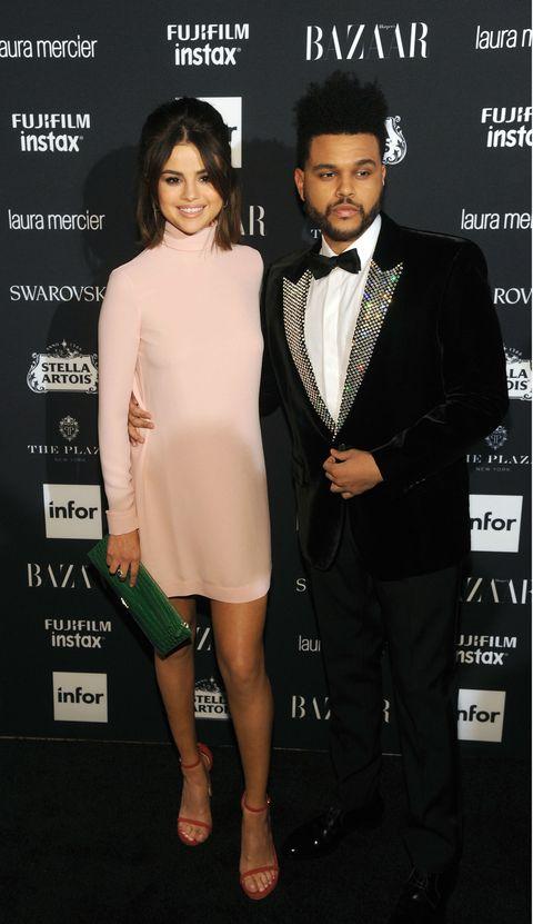 <p>まずはインスタフォロワー数1億2千万というミレニアルズを代表するセレブ、セレーナ。恋人ウィークエンドと一緒に出席した『ハーバーズ バザー』誌のパーティではヴァレンティノの薄ピンクのタートルネックドレスで上品フェミニンに。スチュアート ワイツマンの赤サンダルとプラダの緑クラッチでさりげなくカラーミックス。</p>
