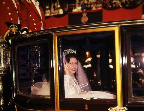 <p><span>マーガレット王女がアンソニー・アームストロング=ジョーンズと結婚するというニュースは世界中に衝撃を与えたが、ロイヤルウエディング当日は、バッキンガム宮殿からウェストミンスター寺院までの通りに数多くのひとが集まり、新たなロイヤルファミリーの結婚を祝福した。</span></p>