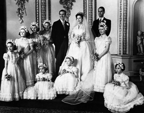 """<p>伝統に従ってクラレンス・ハウスからウェンストミンスター寺院まで馬車でパレードが行われたが、マーガレット王女の父ジョージ6世は1952年に薨去されたため、義理の兄であるエディンバラ公フィリップ殿下が付き添った。式典は当時のカンタベリー大主教ジェフリー・フィッシャーによって執り行われ、王族や政治家、映画俳優ら約2000人が参列。マーガレット王女の姪であるアン王女やゴッドドーターのマリリン・ウィルズがブライズメイドを務めた。<span class=""""redactor-invisible-space""""></span></p>"""
