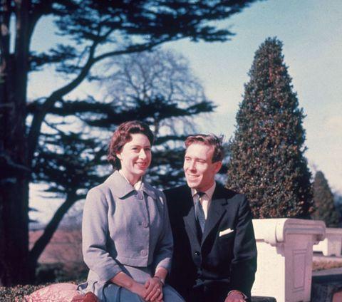 """<p><span>正式に発表されるまで明かされることのなかったマーガレット王女とスノードン伯爵の婚約。婚約前、マーガレット王女は16歳年上のピーター・W・タウンゼント大佐と交際していたものの、王室からの大反対を受け、残念ながら破局。その数年後に民間出身のアンソニー・アームストロング=ジョーンズとの婚約に至った。ところがこの婚約、実は、自身の婚約直前にタウンゼント大佐が王女似のベルギー人女性と結婚したことにショックを受けて衝動的に婚約したのではという噂も囁かれていた。</span><br></p>    <p>スノードン伯爵の伝記『Snowdon:the Biography』を執筆したアン・デ・コーシーによれば、「誰もお二人の関係を知りませんでした。噂にさえなっていなかったのです」という。「王女は誰にも知られないようにスノードン伯爵が当時暮らしていた部屋を訪れていました。スノードン伯爵は王女のパーティーに参列していましたが、王女は大勢の方とお話になりますから、どなたと交際しているかなどは特定できません。記者たちもまさか、アンソニー・アームストロング=ジョーンズだったとは考えていなかったようです」</p>    <p>そして晩餐会での初めての出会いから約2年後の1960年2月、マーガレット王女はアンソニー・アームストロング=ジョーンズとの婚約を発表。王女に送られたエンゲージリングはバラのように見えるルビーの指輪で、これはスノードン伯爵が自らデザインしたものだそう。マーガレット王女のミドルネームが""""ローズ""""だったことから、それをモチーフにしたのではと考えられている。</p>"""
