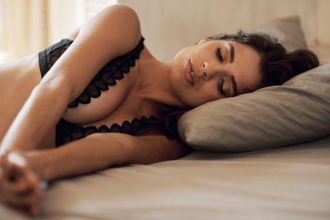 セクシーな寝顔の女性
