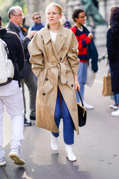 <p>アムステルダム発のファッション誌『Rika』のファッションディレクターを務めるアレクサンドラ。マッキントッシュのメンズっぽいトレンチのベルトはラフにしばって、マンサー ガブリエルのレディライクなバッグでこなれオーラたっぷり。首もとからのぞく白Tに合わせたメゾン マルジェラの白ブーツが今年らしさの秘密。</p>