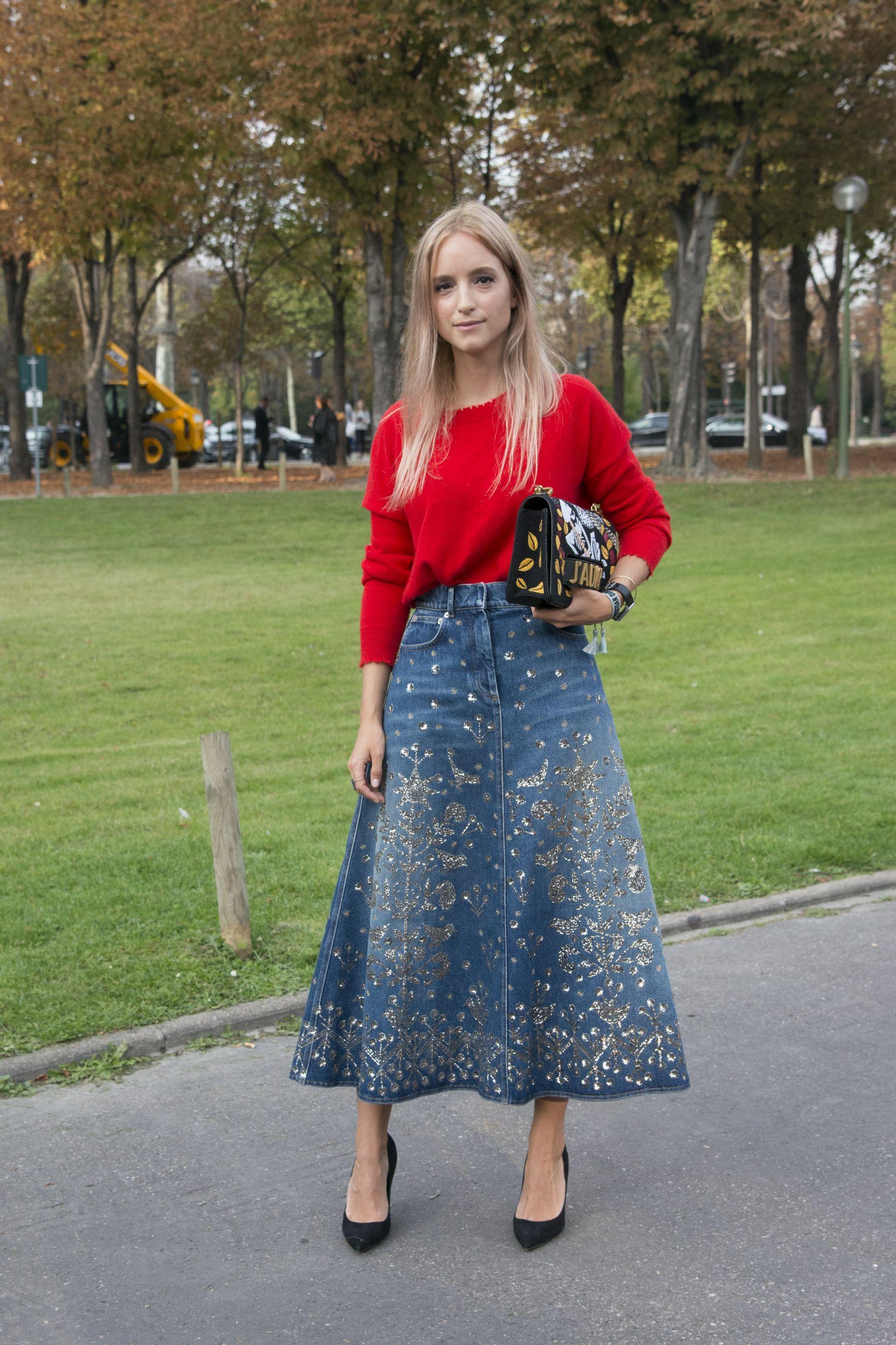 <p>ブログ『ザ・ファッション・ギター』を手掛けるシャーロットは、マーク ケインのニットをディオールのキラキラデニムスカートにイン。赤の面積はおさえ気味にして、差し色的にトレンドカラーを活用。足元はシンプルなパンプスですっきりと、クラッチ持ちしたディオールのバッグのトライバルな刺繍で、ひとひねり。</p>