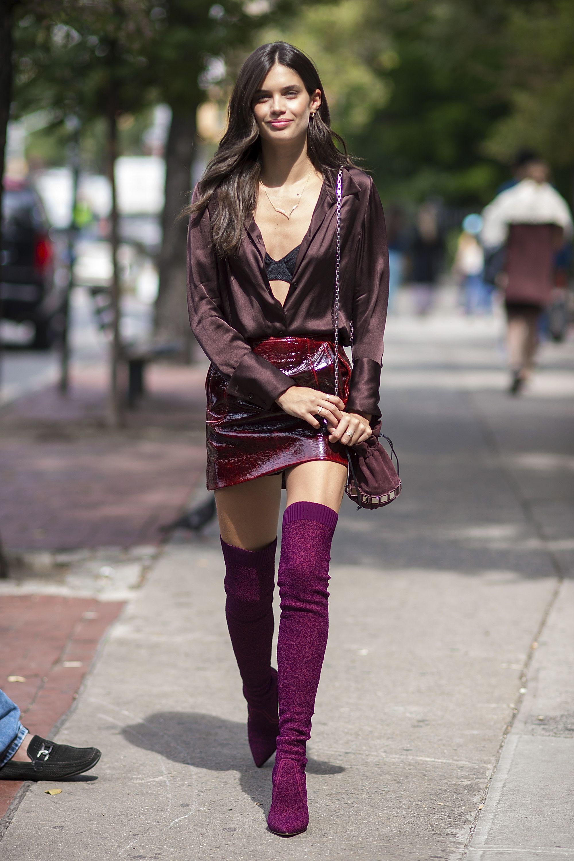 <p>サラは旬なソックスブーツをメインに、こっくりボルドーのワントーンでいい女っぷりをアップ。注目のパテントレザーが目をひくH&amp&#x3B;Mのミニに、シルキーなブラウスをイン。ボタンガッツリ開けでチラ見せしたヴィクトリアズ・シークレットのブラでセクシーに。ちょこんとかわいい巾着バッグはトマジーニのもの。</p>