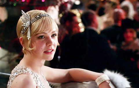 """<p>F・スコット・フィッツジェラルドの1925年の小説『グレート・ギャツビー』をバズ・ラーマン監督・脚本で映画化。舞台は1920年代。富豪のギャツビー(レオナルド・ディカプリオ)は毎週末、大邸宅で豪勢なパーティーを開いているけれど自身はパーティーに姿を現したことはない。実はこのパーティーを開くのは心から愛したデイジー(キャリー・マリガン)と再会したいという一途な想いからだった――。</p><p>写真のキャリー・マリガンが着こなす20年代のクラシックでいてモダンな衣装がどれも素敵! ショート丈のイブニングドレスや普段の気品あるスタイルなどどれを取ってもため息もので、衣装はミュウミュウやプラダ、ティファニーとコラボしていると聞けばそのゴージャスさも納得。透明感と血色の良さを強調させる艶肌に赤リップや、ぴったりなでつけたショートヘア+スカーフやヘアアクセなど、パーティー仕様に早変わりできちゃう簡単テクも見習いたい♡<span class=""""redactor-invisible-space"""" data-verified=""""redactor"""" data-redactor-tag=""""span"""" data-redactor-class=""""redactor-invisible-space""""></span></p>"""