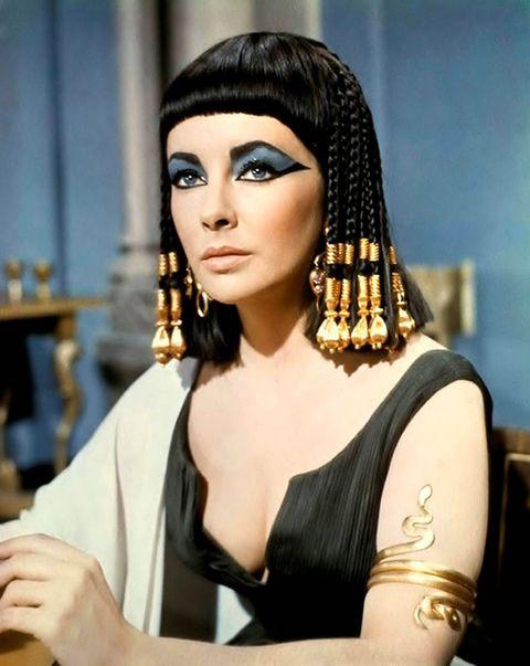 """<p>エジプト最後の女王<span class=""""redactor-invisible-space"""" data-verified=""""redactor"""" data-redactor-tag=""""span"""" data-redactor-class=""""redactor-invisible-space""""></span>。絶世の美女として知られているのはこのクレオパトラ7世。1963年公開の映画『クレオパトラ』では、ハリウットでも絶世の美女と呼ばれた<a href=""""http://www.cosmopolitan-jp.com/entertainment/celebrity/gallery/g297/elizabethtaylorgotmarried8times/"""" target=""""_blank"""" data-tracking-id=""""recirc-text-link"""">エリザベス・テイラー</a>が演じている。</p><p>ただ実は、クレオパトラは見た目の美しさよりも、その人間的な魅力に多くの人が惹かれたとされているそう。シーザーは、「美しいというよりは、魅力があって、強い性格をもって」と形容し、夫のアントニウスも「美人というよりは、教養が高く恐れを知らない。活発な策略家。相手を逃がさない魅力がある」<span class=""""redactor-invisible-space"""" data-verified=""""redactor"""" data-redactor-tag=""""span"""" data-redactor-class=""""redactor-invisible-space"""">などと表現していた。</span></p><p>「クレオパトラは、<strong data-redactor-tag=""""strong"""" data-verified=""""redactor"""">顔が美しいと言われていたわけではなく、性格、声、会話力、語学力が秀でたことで人を惹きつけた</strong>と言われています(9カ国語話せたという説も)。最後の女王<span class=""""redactor-invisible-space"""" data-verified=""""redactor"""" data-redactor-tag=""""span"""" data-redactor-class=""""redactor-invisible-space""""></span>であり、国を守る<span class=""""redactor-invisible-space"""" data-verified=""""redactor"""" data-redactor-tag=""""span"""" data-redactor-class=""""redactor-invisible-space""""></span>ため、その頭の良さや才能で人を惹きつけたと言われています。映画などでも、バラを60センチ積み上げた中から現れたり、香水を体中に纏い絨毯から登場するなど自分の演出がうまく、<strong data-redactor-tag=""""strong"""" data-verified=""""redactor"""">サプライズを仕掛ける策略家</strong>だったようです」</p><p><strong data-redactor-tag=""""strong"""" data-verified=""""redactor"""">▼美容法</strong></p><p>今でも美容法として愛される金やはちみつ、バラの香油、またトレンドの""""炭酸""""も使われていた。</p><p>【金】</p><p>金を使用したツタンカーメン黄金のマスクが発見される。権力や永遠の美しさの<span class=""""redactor-invisible-space"""" data-verified=""""redactor"""" data-redactor-tag=""""span"""" data-redactor-class=""""redactor-invisible-space""""></span>象徴、防腐。</p><p>【牛乳(ロバ)風呂】</p><p>1人が入るために500頭のロバを用意したと言われている。</p><p>【炭酸水浴】<br></p><p>湖から湧き出た天然炭酸で朝夜2回ずつの全身水浴(ピーリングや血行促進を促した)。</p>"""