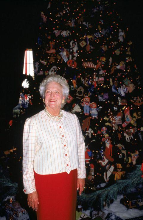"""<p>オレゴンからブッシュ夫妻の元に18.5フィート(約5.6メートル)のツリーが到着! 圧巻のツリーにはニードルポイントのオーナメントが1200個も飾られた。ブッシュ元大統領の妻バーバラはラガディ・アン&アンディの人形と、彼女が飼っている犬の一匹、イングリッシュ・スプリンガー・スパニエルのミリーのためのエルフハットを手作りしたという。<span class=""""redactor-invisible-space""""></span></p>"""
