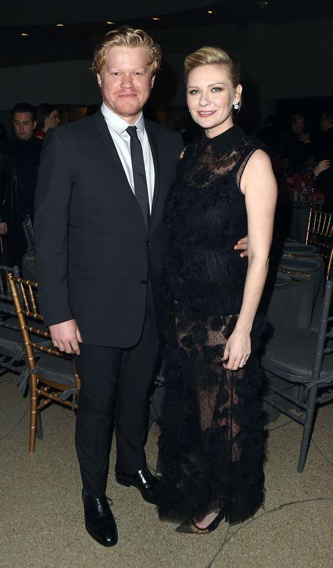 """<p>ドラマ『FARGO/ファーゴ』で夫婦を演じたキルスティン・ダンストと実力派俳優ジェシー・プレモンスが婚約したとの報道。昨年6月頃からロサンゼルスでデートしているところがたびたびキャッチされ、また昨年9月に開催されたエミー賞のアフターパーティではキス現場も目撃されていた。<span class=""""redactor-invisible-space"""" data-verified=""""redactor"""" data-redactor-tag=""""span"""" data-redactor-class=""""redactor-invisible-space""""></span></p>"""