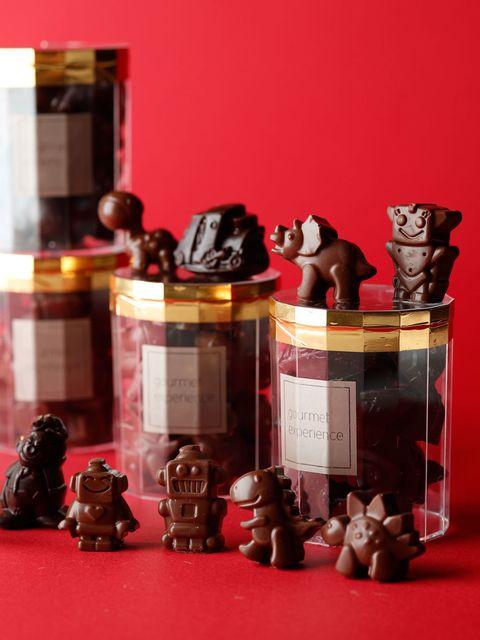 """<p>大人にも、子どもにもおすすめなのが、ウェスティンホテル東京の「ロボット&ザウルス」。ロボットや恐竜の形をした優しい甘さのミルクチョコレートは、遊び心いっぱいで見ているだけでもわくわくする。いずれもよくみると表情がキュートで、食べるのがかわいそうになるほど。オフィスの仲間へのプレゼントにしてもよさそう。</p><p><a href=""""http://www.theterrace.westin-tokyo.co.jp/jp/deli"""" target=""""_blank"""" data-tracking-id=""""recirc-text-link"""">ウェスティンホテル東京 ペストリーブティック「ウェスティンデリ」</a><span class=""""redactor-invisible-space"""" data-verified=""""redactor"""" data-redactor-tag=""""span"""" data-redactor-class=""""redactor-invisible-space""""><a href=""""http://www.theterrace.westin-tokyo.co.jp/jp/deli""""></a></span><br></p><p>「ロボット&ザウルス」ミルクチョコレート2種入り</p><p>1,480円(税抜)</p><p>問い合わせ先:ウェスティンホテル東京 ペストリーブティック「ウェスティンデリ」</p><p>tel. 03-5423-7778</p>"""