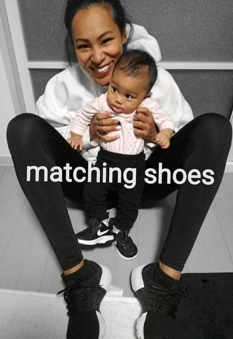 <p>娘のファーストシューズは大好きなナイキにしました! 彼女の小さなスニーカーに合わせて、私も同じくナイキのフライニット シューズをチョイス。シンプルだけどとっても履きやすくて、ママになってからもずっと愛用している一足です。  </p>