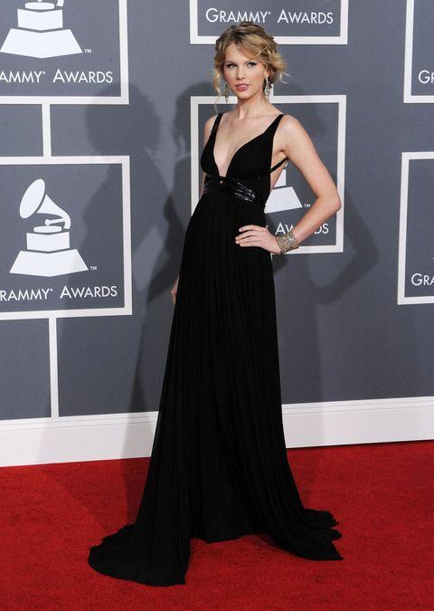 <p>いまだシグネチャーのカーリーヘアはエレガントにまとめ、胸元が大きく開いたブラックのフルレングスドレスで大人の色香漂わせて。<br></p>