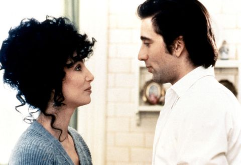 """<p>NYのリトル・イタリーを舞台に、イタリア系アメリカ人たちの恋模様を描いたドラマ。幼なじみのジョニー(ダニー・アイエロ)から求婚されたロレッタ(シェール)は、気乗りしないまま承諾するが、ひょんなことからジョニーの弟ロニー(ニコラス・ケイジ)と関係を持ってしまう。ラストのユーモラスなプロポーズのシーンには、思わず笑ってしまうかも。今作でゴールデングローブ&オスカーをW受賞したシェールや、ニコラス・ケイジら濃~いキャスティングも見もの。<span class=""""redactor-invisible-space"""" data-verified=""""redactor"""" data-redactor-tag=""""span"""" data-redactor-class=""""redactor-invisible-space""""></span></p>"""