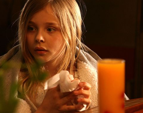 <p>俳優のロリ・ペティが、自身の少女期の実話をもとに監督・脚本をつとめた作品『早熟のアイオワ』。1976年のアメリカ・アイオワが舞台の青春映画で、クロエは主演ジェニファー・ローレンスの妹役で登場。幼いながらに、存在感を発揮! 未来のトップ女優の片鱗をのぞかせて。</p>